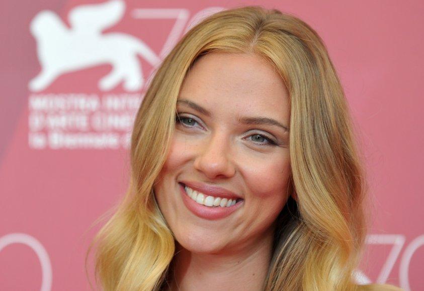 Tobula moteris anot moterų turėtų turėti Scarlett Johansson lūpas