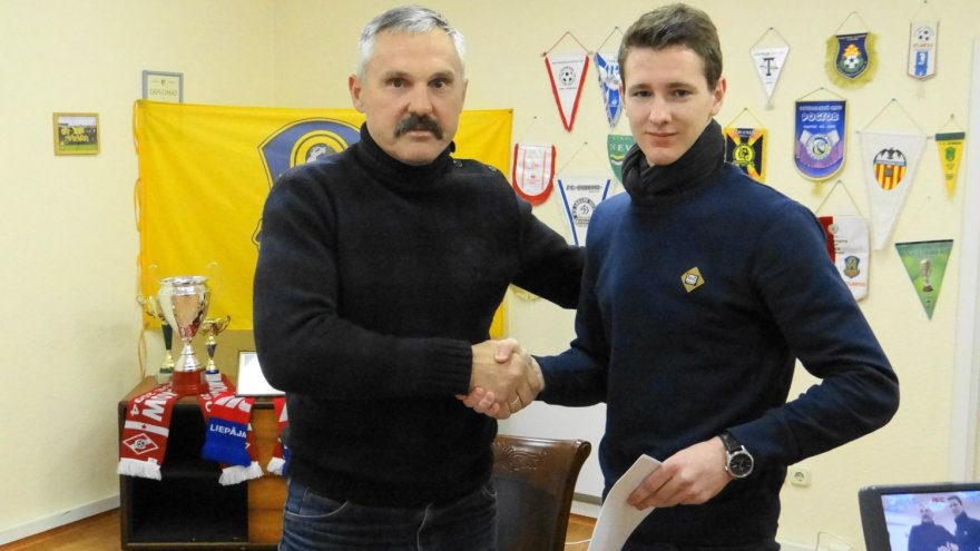 """""""Atlanto"""" direktorius Vacys Lekevičius sveikino naująjį žaidėją Roką Krušnauską."""