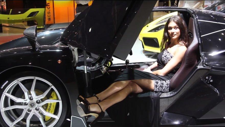 Mergina Ženevos automobilių parodoje