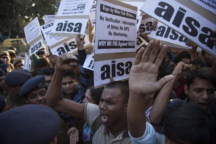 """Protestuotojai Delyje reikalauja taksi firmos """"Uber"""" uždraudimo"""