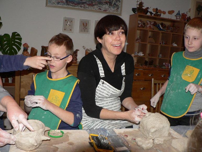 Nomeda Marčėnaitė kuria skulptūras su vaikais