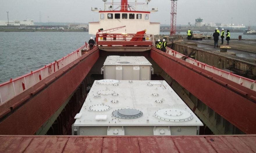"""Kiekvienas elektros jungčiai """"NordBalt"""" skirtas  transformatorius sveria po 196 tonas."""