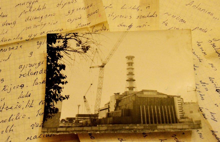 """""""Čia ta elektrinė, iš kurios vežu šiukšles"""", – kitoje nuotraukos pusėje rašė tėtis."""