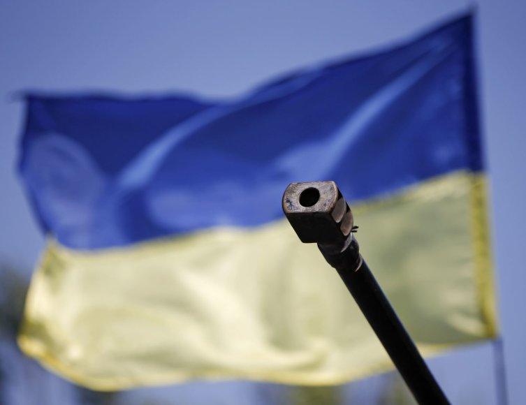 Pabūklas Ukrainos vėliavos fone