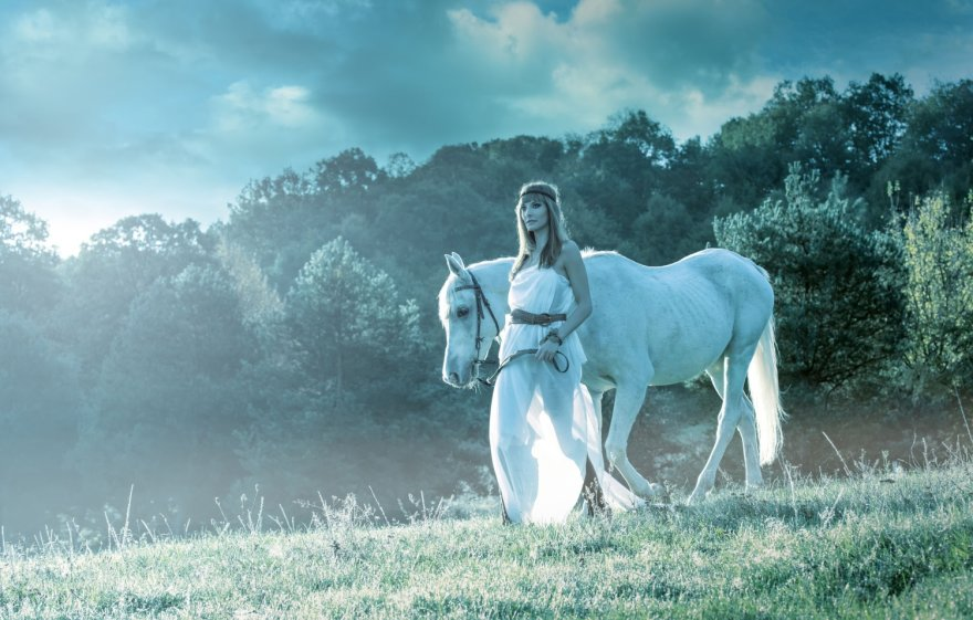 Mergina su žirgu