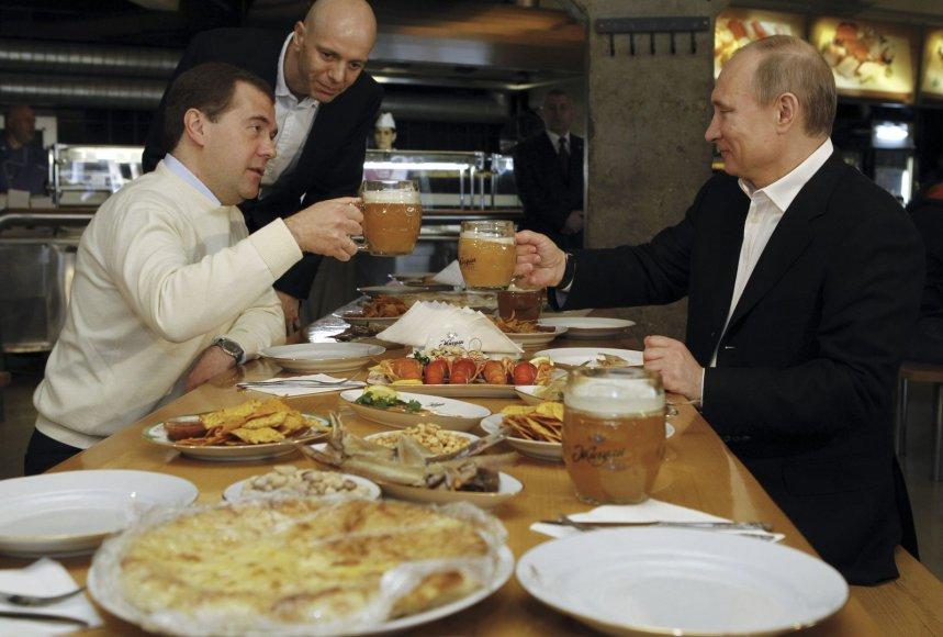 Dmitrijus Medvedevas ir Vladimiras Putinas prie vaišių stalo