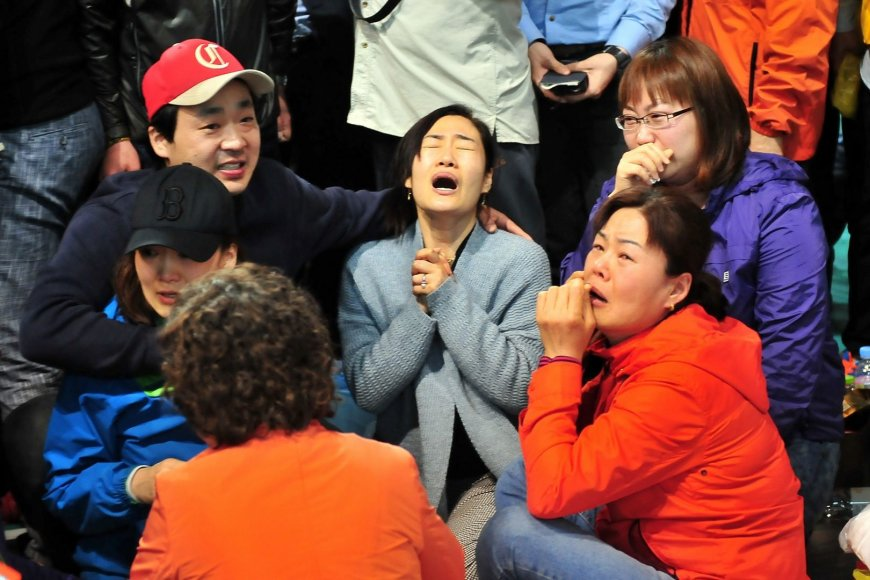 Pietų Korėjoje nuskendusio kelto keleivių artimieji
