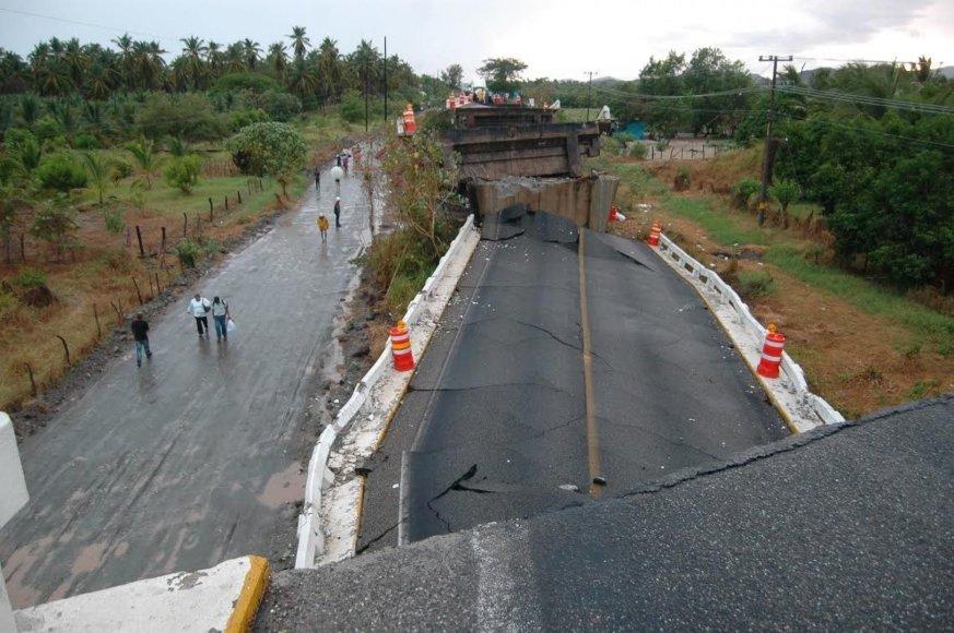 Meksikoje per žemės drebėjimą sugriuvo tiltas