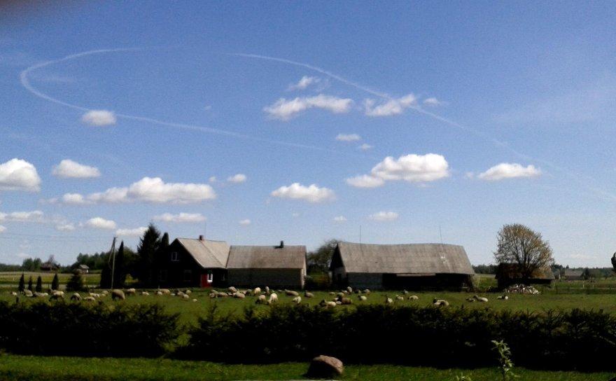 Lėktuvo manevras virš Kulių kaimo Plungės rajone. 2014 m. gegužės 02 d.