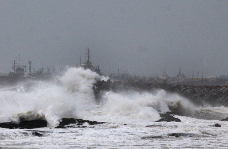 Indiją talžė smarkus ciklonas, taifūnas smogė Japonijai