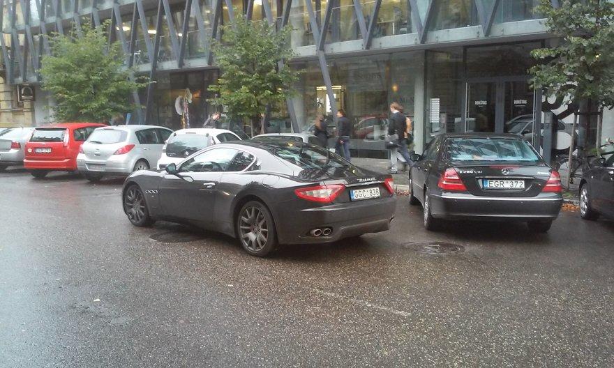 """""""Maserati"""" Kaune blokuoja eismo juostą."""