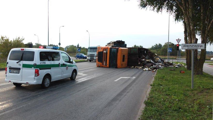 Pakeliui į Klaipėdos uostą apvirto metalo laužą vežęs sunkvežimis