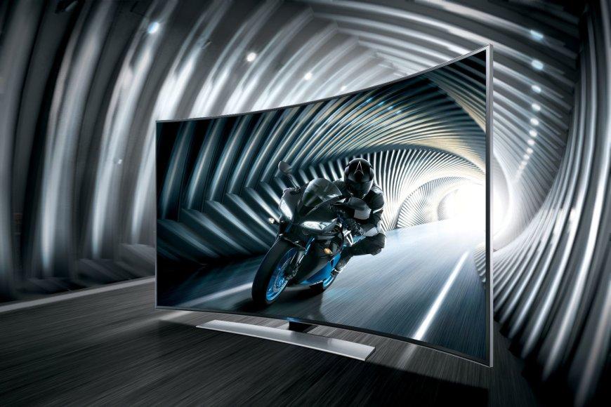 """Aukščiausios raiškos """"Samsung"""" Ultra HD televizorius lenktu ekranu."""