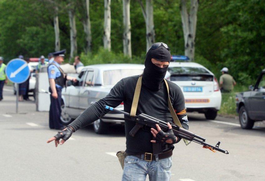Prorusiškos pajėgos tikrina iš Donecko į Mariupolį važiuojančius automobilius.