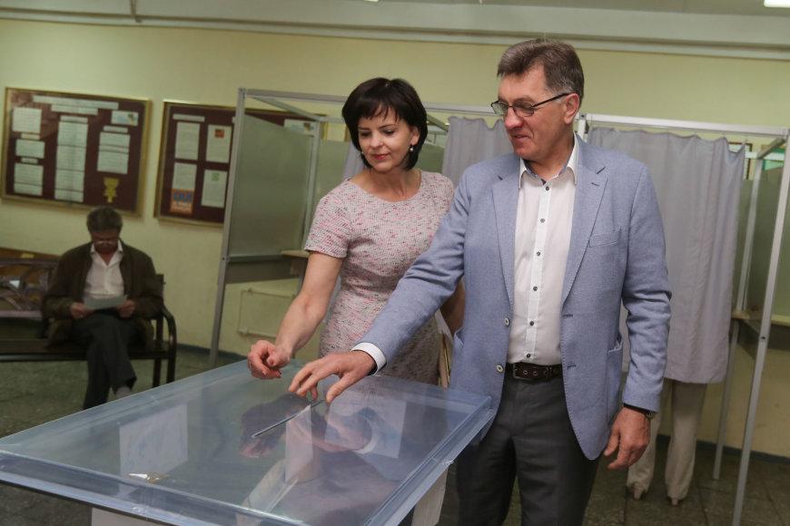 Algirdas Butkevičius su žmona balsavimo apylinkėje