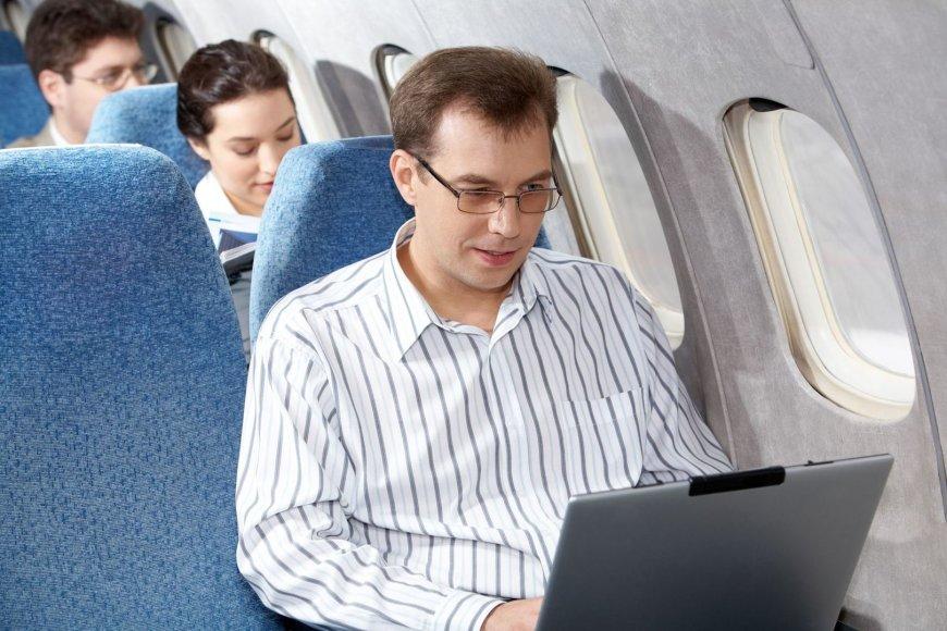 """""""Air Baltic"""" lėktuvuose viso skrydžio metu bus galima naudotis kompiuteriais"""