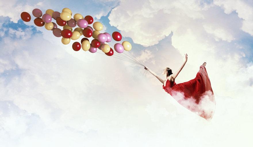 Su balionais skrendanti moteris