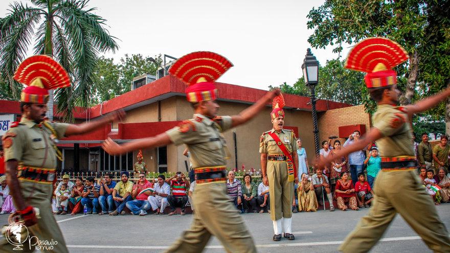 Parodomasis dvimetrinių Indijos karių žygiavimas per sienos uždarymo ceremoniją gerokai įelektrina tūkstančius susirinkusių žiūrovų