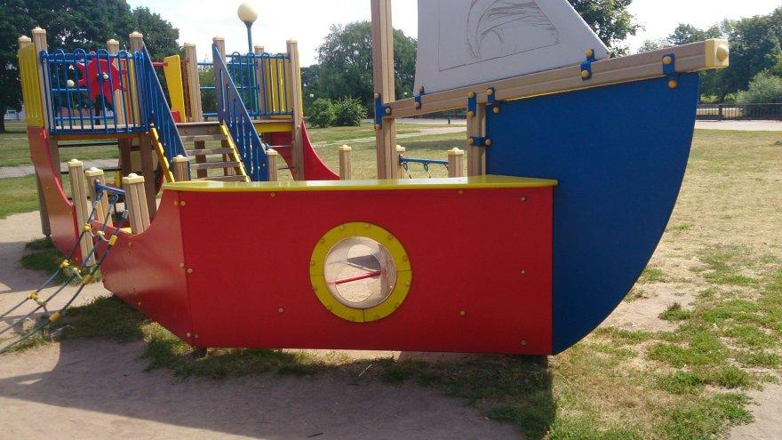 Klaipėdiečiai skundžiasi suniokota ir netvarkoma vaikų žaidimo aikštele.
