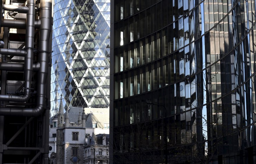 Tarp naujų Londono pastatų pasimetusios senosios bažnyčios