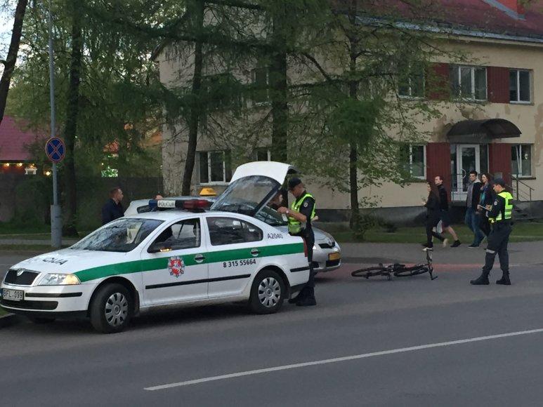 Druskininkuose automobilis partrenkė nepilnametę dviratininkę