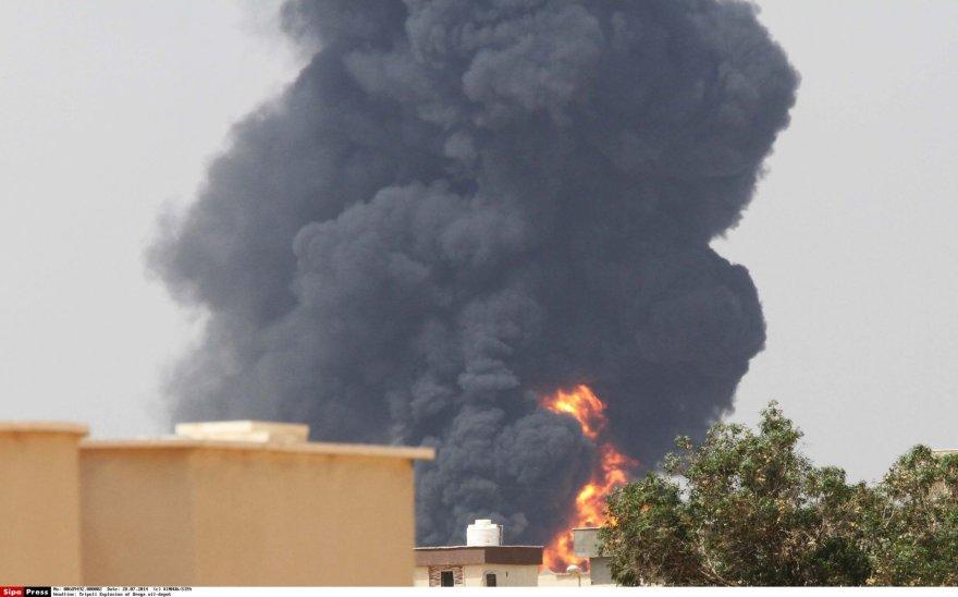 Gaisras degalų saugykloje Tripolio pakraštyje