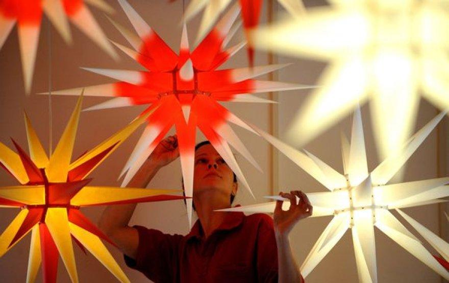 Katrin Schroeter, Herrnhuterio Sterne`o darbuotoja, dirbtuvėse daro kalėdines dekoracijas – žvaigždes.