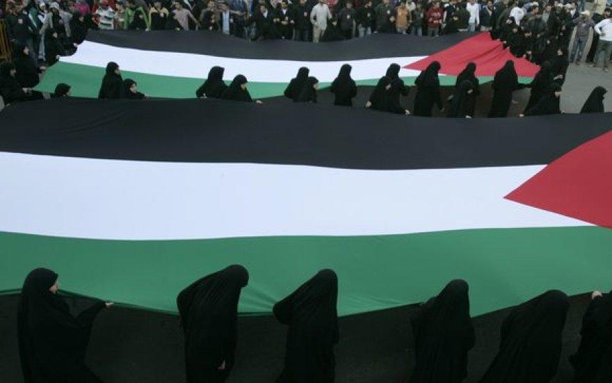 Nešama didelė Palestinos vėliava.