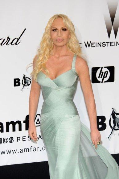 Donatella Versace elektrinės spalvos suknele