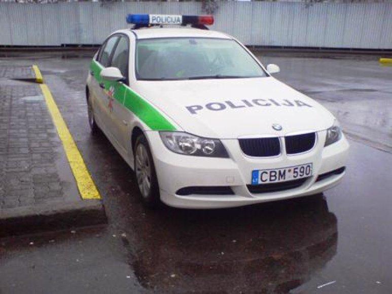 Policijos automobilis prie geltonos linijos