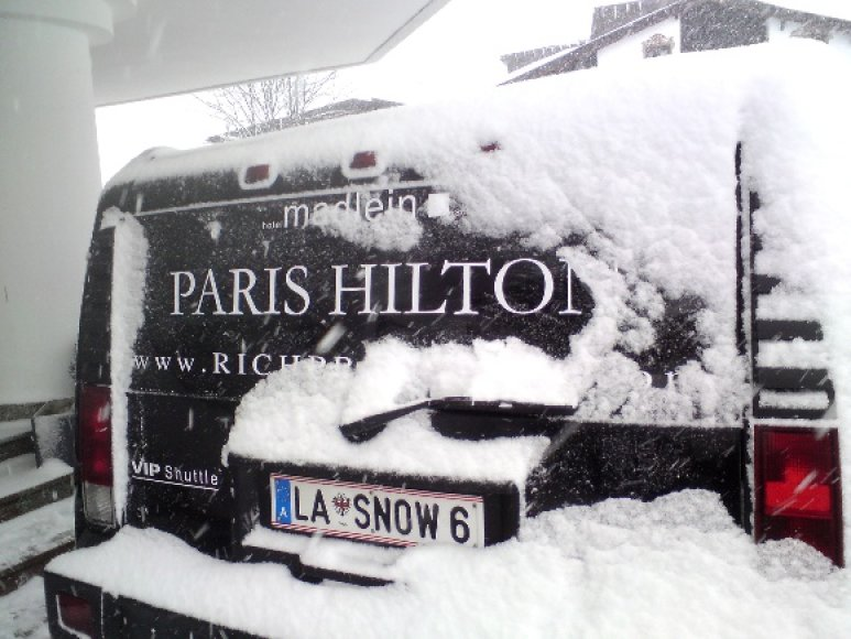 Paris Hilton vardu pavadintas limuzinas prie klubo Pacha