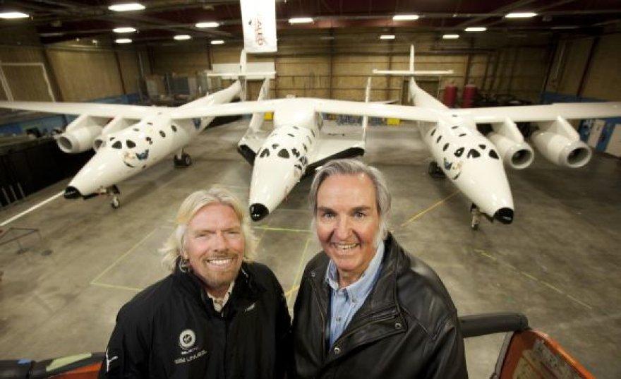 Kosminės kelionių agentūros įkūrėjas milijonierius Richardas Bransonas ir erdvėlaivio dizaineris Burtas Rutanas