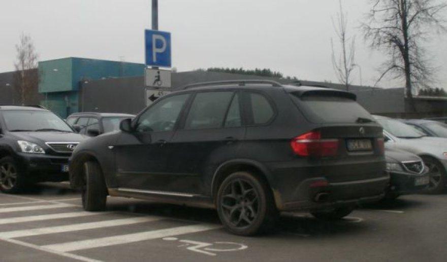 Visureigis BMW neįgaliųjų vietoje