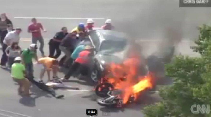 Motociklas prie Jutos universiteto palindo po BMW