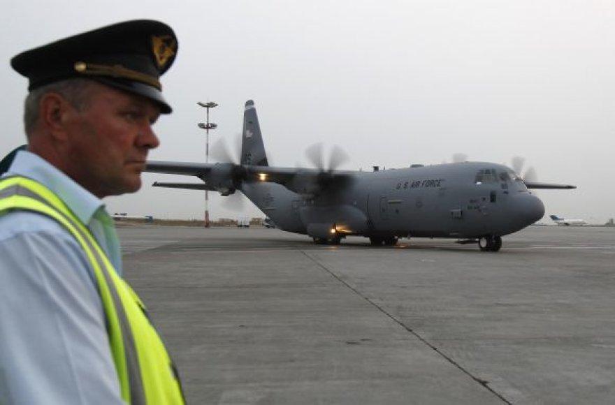 JAV karinis lėktuvas Vnukovo oro uoste