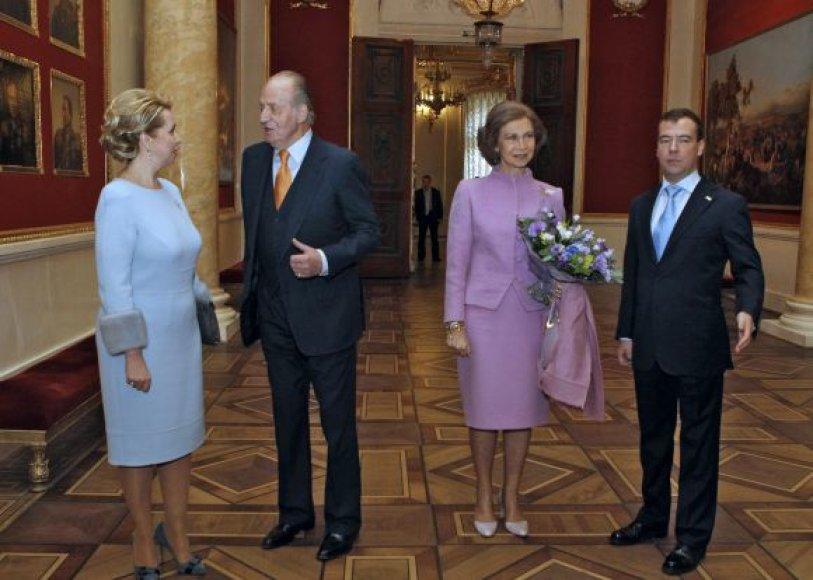 Ispanijos karalius Juanas Carlosas ir Dmitrijus Medvedevas su šeimomis Ermitaže
