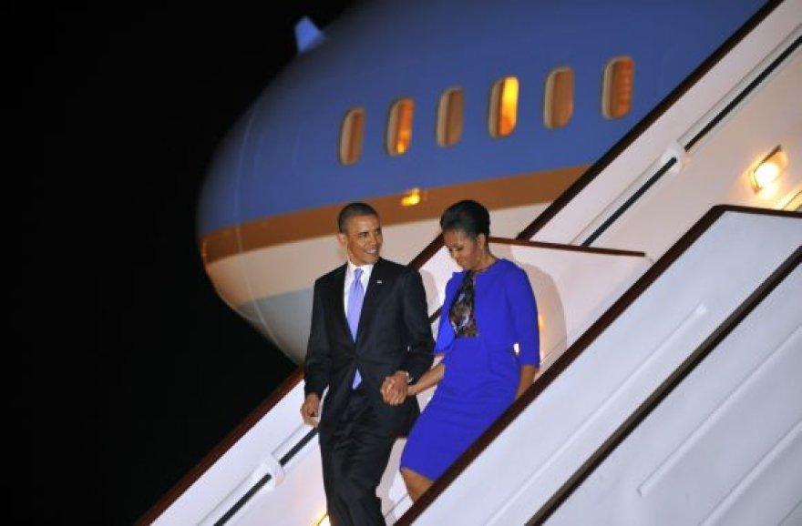 Barackas Obama su žmona Michelle Stanstedo oro uoste