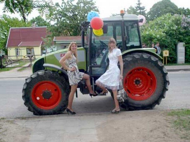 Ervina Griciūnaitė (kairėje) nustebino ne tik bendraklasius, bet ir policijos pareigūnus, kai per Paskutinio skambučio šventę Biržų miesto gatvėmis vairavo balionais papuoštą traktorių.