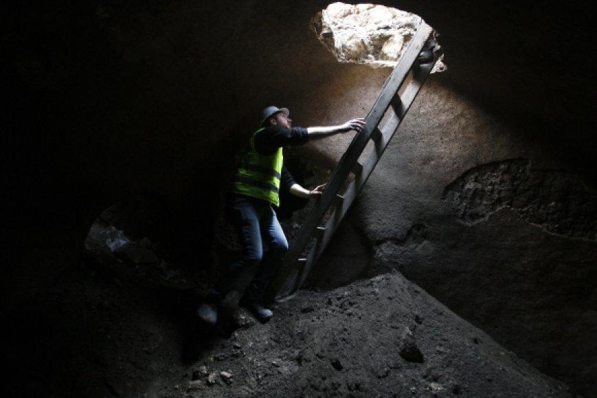 Darbininkas archeologinių kasinėjimų vietoje