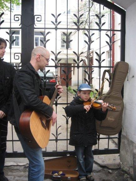 Juras su tėčiu muzikavo netoli universiteto.