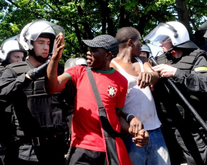 Po susidūrimo su policija buvo sulaikyti 32 juodaodžiai prekiautojai.