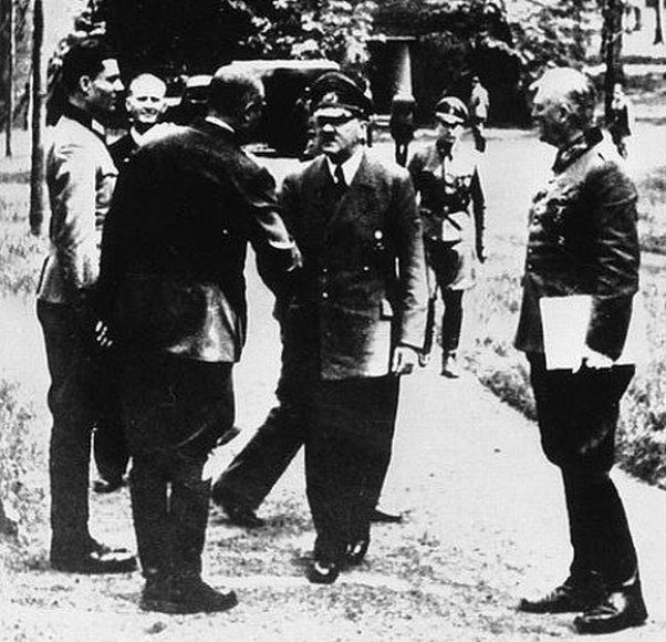 """Clausas Schenkas von Stauffenbergas (pirmas kairėje) """"Vilko irštvoje"""" galėdavo prisiartinti prie pat Adolfo Hitlerio"""