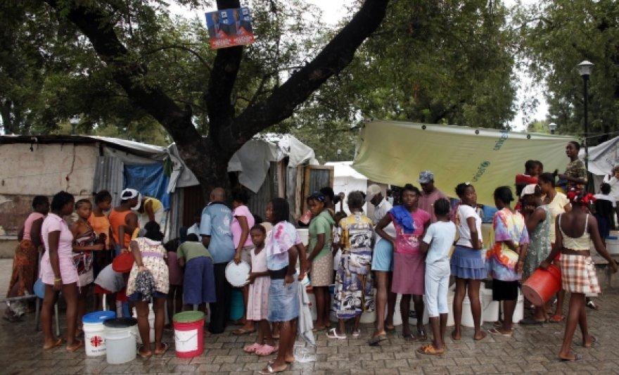 Eilė prie geriamojo vandens Haičio sostinėje