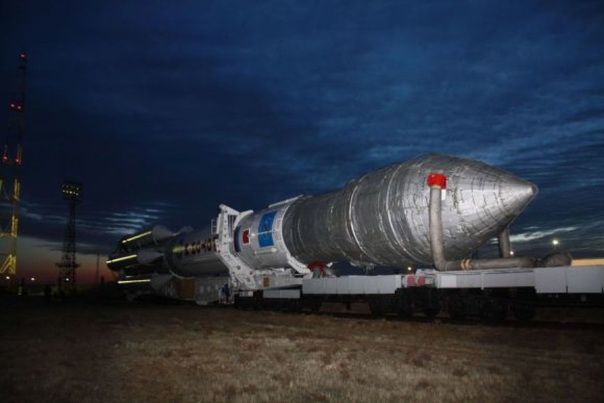 """Raketa nešėja """"Proton-M"""" su trimis GLONASS palydovais prieš startą"""