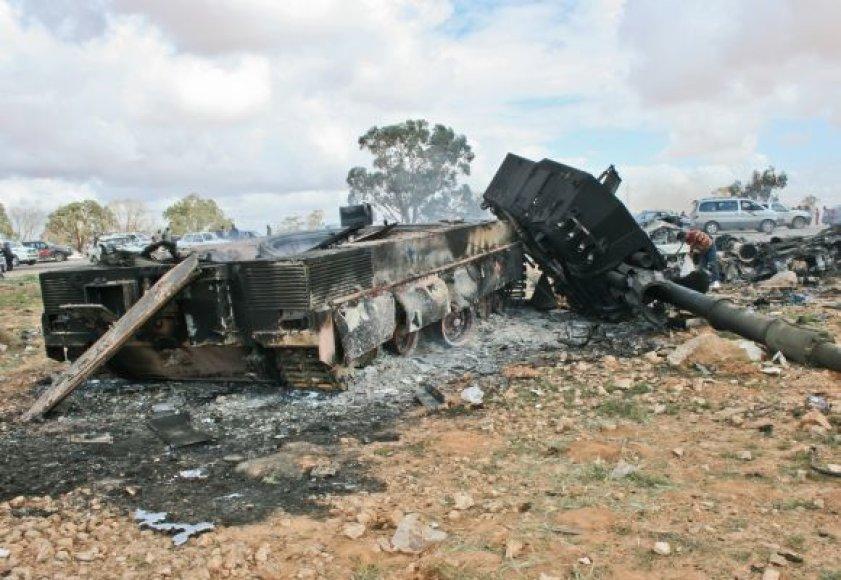 Aviacijos susprogdintas Muamaro Kadhafi pajėgų tankas
