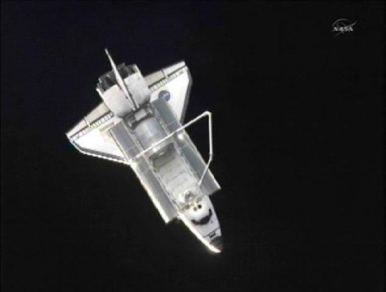"""Erdvėlaivis """"Atlantis"""", matomas pro Tarptautinės kosminės stoties iliuminatorius"""