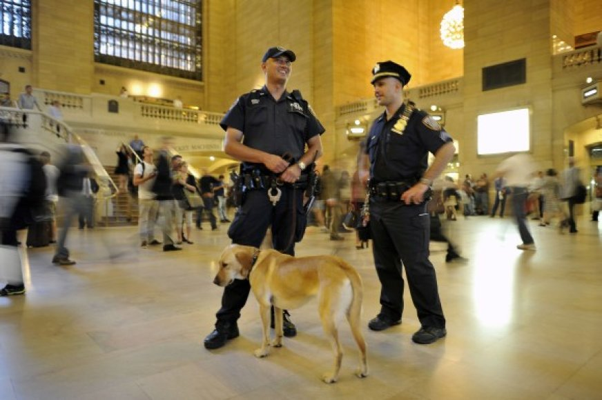 Policininkai su šunimi centrinėje Niujorko stotyje