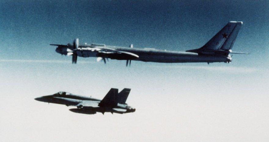 NATO pajėgų naikintuvo F-18 lydimas Rusijos strateginis bombonešis Tu-95MS