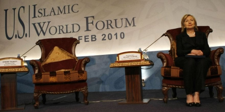 """Hillary Clinton dalyvavo forume """"JAV-Islamo pasaulis""""."""