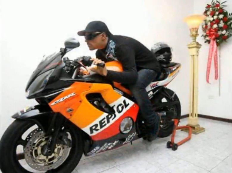 Davidas Moralesas Colonas buvo pašarvotas ant savo motociklo.